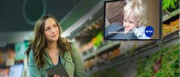 Bild mit Frau in Supermarkt - bildschirmwerbung